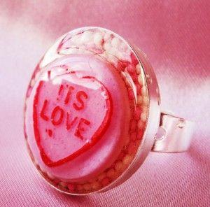 Ring met een setting van 1 inch vullen met wat muskaat en bijvoorbeeld een snoepje. Waterpas zetten in bijvoorbeeld oase of een stukje klei. Afgieten met sieraden hars, 24 uur drogen en voila.....