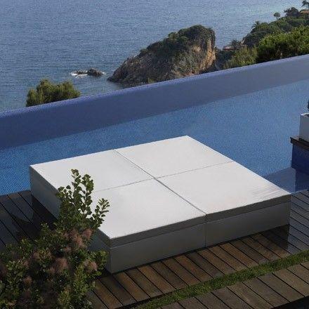 Jetzt bei Desigano.com Quadrat Bett 240x240 Sonnenliegen von Vondom ab Euro 3 927,00 € Eleganz und Einfachheit definiert diese Kollektion namens QUADRAT. Diese beinhaltet schöne und effektive Elemente für den Innen-und Außenbereich.Eine Kollektion mit geraden und reinen Linien mit der Möglichkeit der integrierten Beleuchtung. Nautisch gepolsterte Kissen in vielen verschiedenen Farben transportieren die eigene Persönlichkeit auf jeden Raum.Bett aus Polyethylen, im Rotationsgussverfahren…