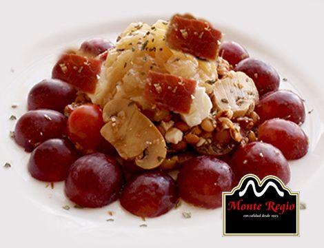 Ensalada de lentejas, uvas, cebolla caramelizada, champiñones, tomate cherry, queso y jamón ibérico #MonteRegio ¡Que vivan los viernes!