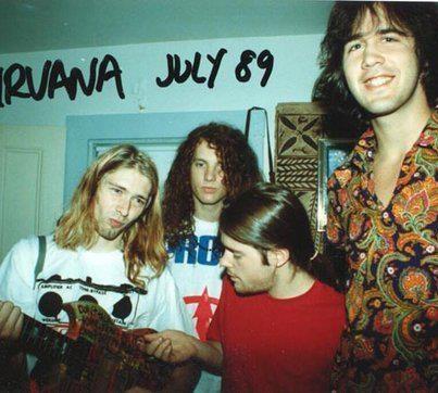 Un joven Kurt coban con los primeros miembros de Nirvana en el '89.