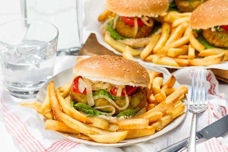Recept voor vega burgers voor 4 personen. Met zout, olijfolie, peper, vegetarische burger, ricotta, ovenfriet, spinazie, knoflook, amandel, tomaat, hamburgerbroodje en ui