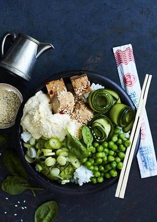 Joko olet tutustunut havaijilaiseen poke-kulhoon? Tässä vegaaniversiossa japanilainen riisi saa seuralaisekseen soijamarinoitua tofua, avokadoa, soijapapuja ja kurkkua.