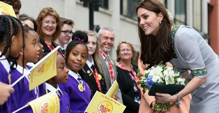Elegante, Kate Middleton visita escola infantil e ganha flores