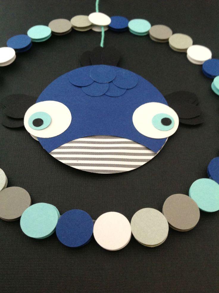 FISKEURO I MARITIME FARVER Uro med fisk i en cirkel i blå, turkis, grå og hvide farver. Perfekt til børneværelse eller sommerhus. www.jannielehmann.dk