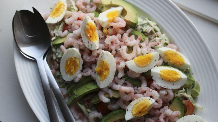 En let og enkel salat med spidskål, rejer, æg og avocado med den skønneste hjemmerørte dilddressing. Dejlig forårsmad som enten frokost eller aftensmad.