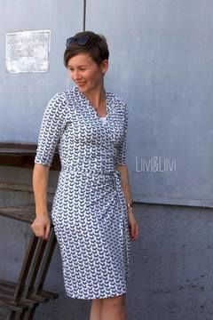 …noch ein Wickelkleid, bitte ist unkompliziert, elegant und alltagstauglich. Das wie ein Morgenmantel geschnittene Kleid kann mit einem Gürtel mal lässig locker drapiert oder elegant auf Figur gebracht werden. Abnäher im Rückenteil unterstützen die weibliche Silhouette. Das ebook enthält eine Kurzanleitung und das Schnittmuster für das Kleid in den Größen 34 - 46. Das Kleid ist für Nähanfänger mit Vorkenntnissen leicht zu nähen. Beachte aber bitte, dass nur eine Kurzanleitung und keine…