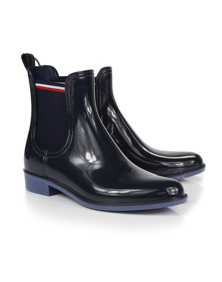 The Tommy Hilfiger Odette boots have the signature Chelsea shape and will bring a contemporary twist into your everyday wardrobe. In a staple dark blue shade with practical elasticated side gores and heel pulls, the Odette Chelsea boots are finished with the Tommy Hilfiger signature stripes and branded flag.