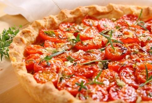 Prowansalska tarta z pomidorami - przepis z portalu Przepisy.pl