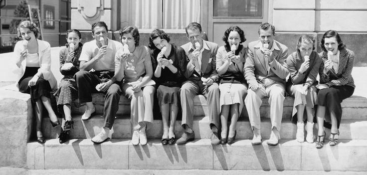 1960, il gelato fenomeno di consumo  Negli anni '60 con il boom economico il gelato diventa un fenomeno di costume, come le gite domenicali, l'ombrellone al mare e la TV.