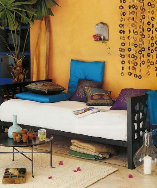 Yellow wall and aquamarine/teal cushions! <3
