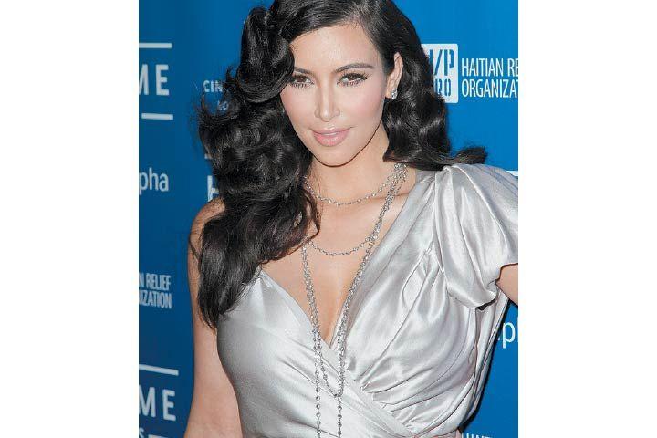 """Kim Kardashian se practica con frecuencia un tratamiento efectivo para rejuvenecer la piel. La técnica es una versión actualizada del """"facial vampiro"""", que consiste en inyectar al rostro una dosis de plasma rico en plaquetas. #Beauty #Secrets #KimKardashian #RevistaAmiga"""