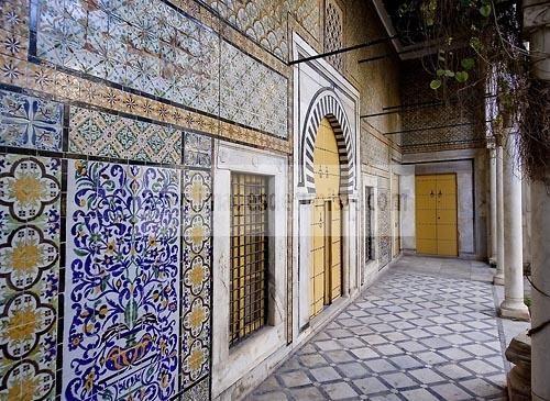 Patio à jardin du Dar Othman palais de la medina de Tunis ...