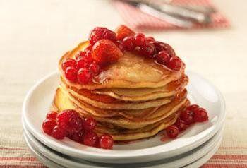 Amerikaanse pannenkoeken met roodfruit en honing