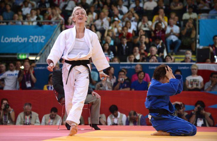 A 48 kg-os Csernoviczki Éva (fehérben) örül, miután győzött a japán Fukumi Tomokó (jobbról) ellen és bronzérmet nyert a 2012-es londoni nyári olimpia cselgáncstornájának nyitónapján, a londoni ExCel központban 2012. július 28-án. Csernoviczki ezzel a magyar küldöttség első érmét szerezte a XXX. nyári játékokon