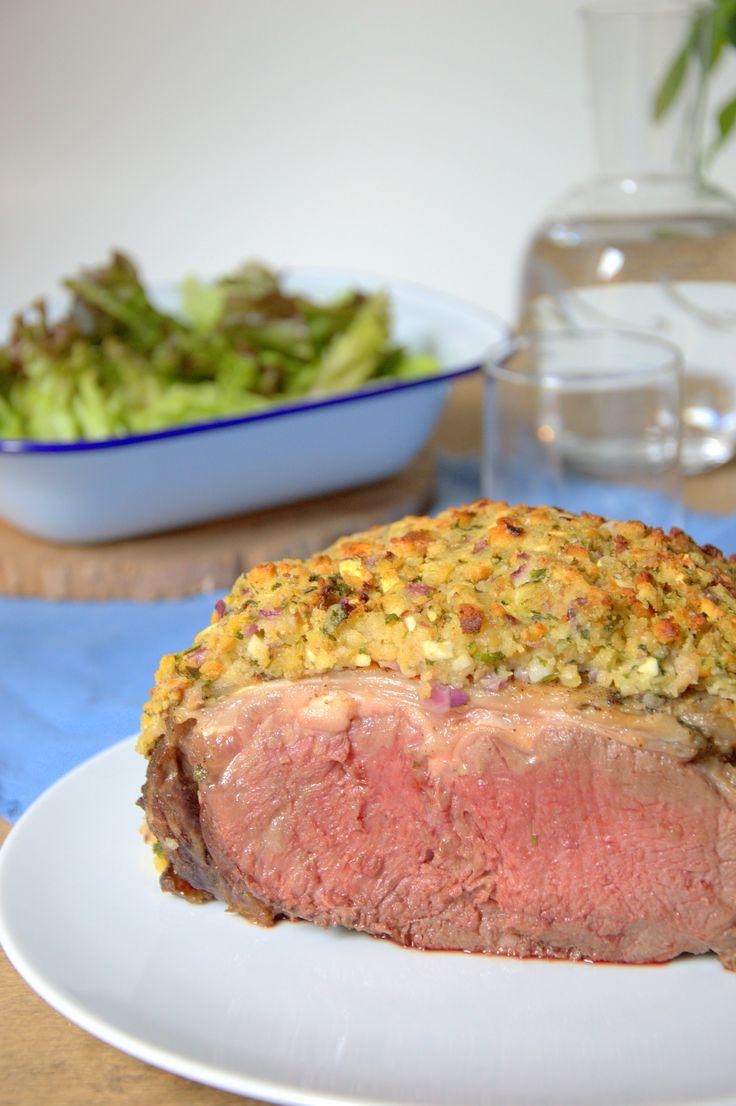 Aprende a preparar este Roast Beef asado con una cobertura crujiente que lleva queso, ajo, y hierbas aromáticas.