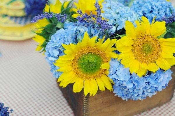 Photo via hydrangea and sunflowers