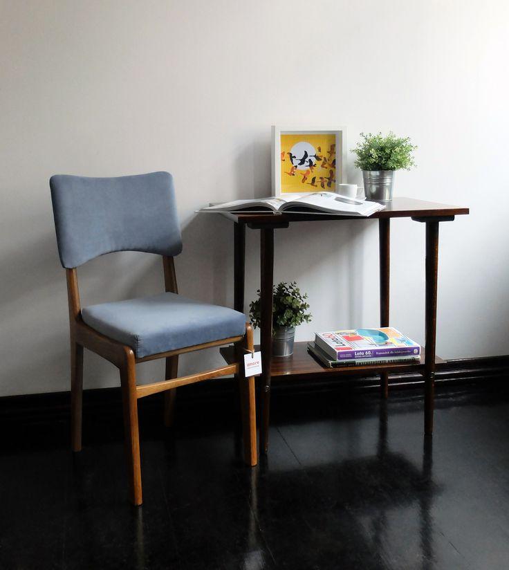 Krzesła 296/B, stolik Typ ST-66-33 i kilka książek o designie z ubiegłego wieku.