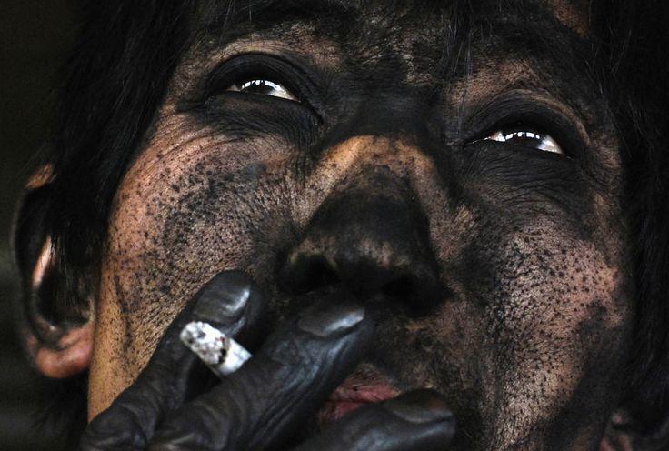 Rosto de um trabalhador de mina de carvão na China. Todo ser humano deveria ter condições salubres de trabalho.  Fotografia: Reuters / Stringer.