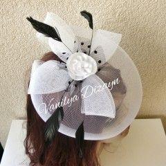 Vualet Nikah şapkası nikah kepi beyaz üzerinde siyah tüyleri tülü ve beyaz çiçeği bulunan vualet üst