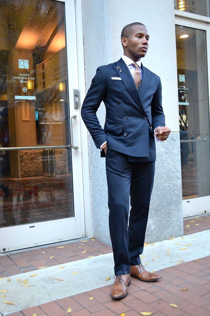 7906003bc91757 dunkelblaue hose kombinieren blauer anzug ideen weißes hemd mit gepunkteter  krawatte braune schuhe