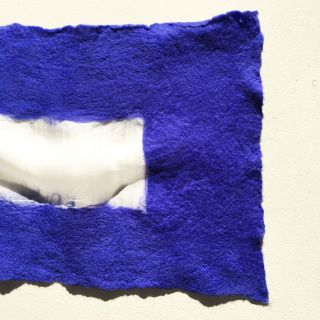 Stola in feltro, 100% seta bianca, infeltrita manualmente con lana 100% Merino blu.  Le stole di 'From B to B' sono pezzi unici realizzati con materiali naturali. Tutte le fibre e i tessuti utilizzati sono di origine italiana. La seta proviene dall'area di Como, mentre la lana Merino proviene dal Trentino.  Size: ca. cm. 25 x cm. 170   Pezzo unico. Eventuali imperfezioni fanno parte della realizzazione hand-made e garantiscono l'unicità del prodotto. Vuoi farci domande su questo oggetto?…