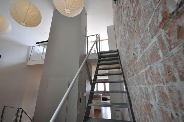 Frank Weil - verbouwd pakhuis - stalen trap - brick wall