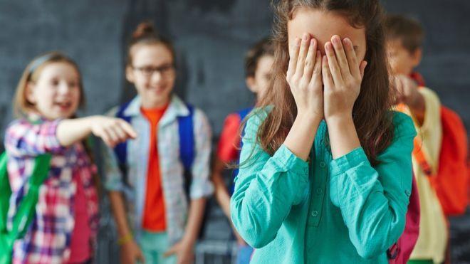 Cómo es KiVa, el exitoso método creado en Finlandia para combatir el bullying que están empezando a usar en escuelas de América Latina --   Niños burlándose de una niña