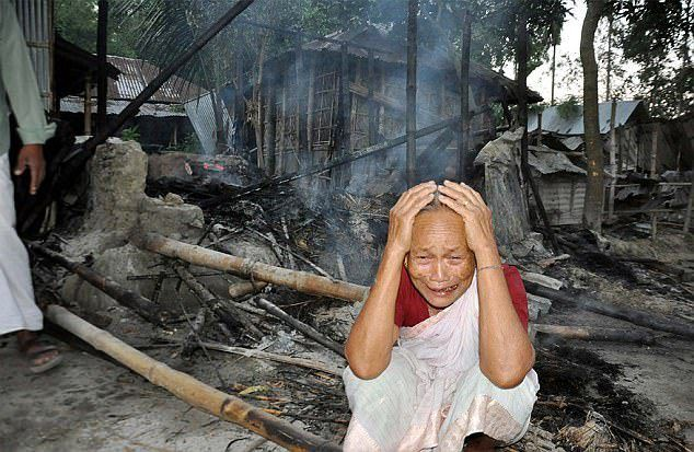 Dav rozzlobených muslimů podpálil v Bangladéši hinduistickou vesnici poté, co se rozšířila zvěst, že jeden z místních měl na Facebooku urazit proroka Mohammeda. Jeden člověk byl zabit a nejméně pět…