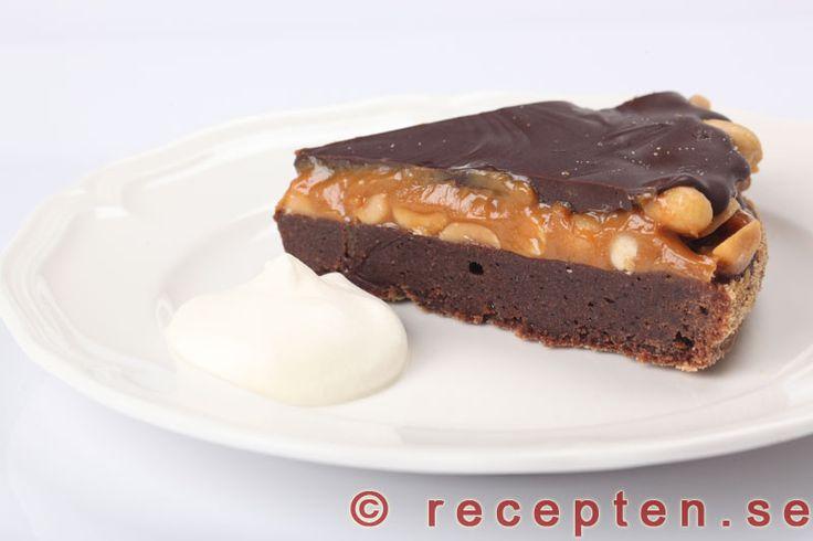 Otroligt god snickerskladdkaka. En kladdkaka inspirerad av snickers. Med kolakräm, jordnötter och choklad.