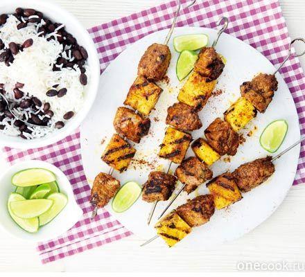 Барбекю из свинины и ананаса с гарниром из риса с фасолью.