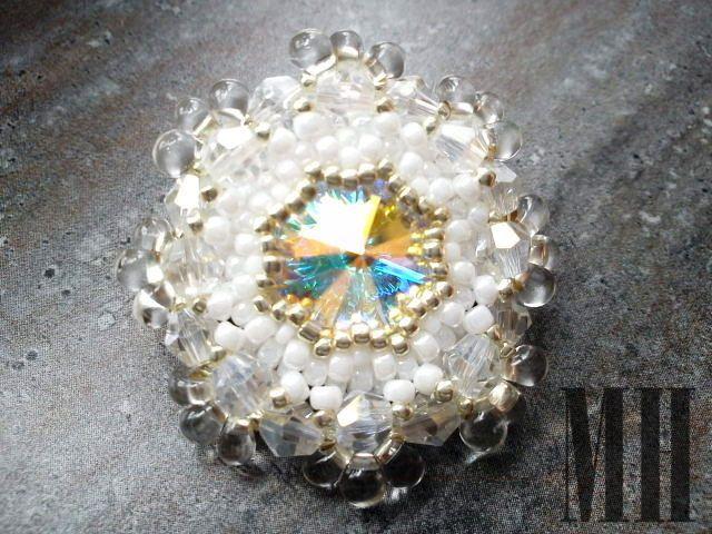 Biała broszka z kryształem Swarovski | MH Biżuteria - cuda ręcznie wykonane