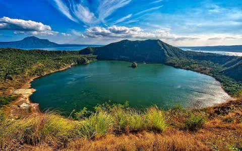 Fülöp szigetek, Taal vulkán. Krátertó