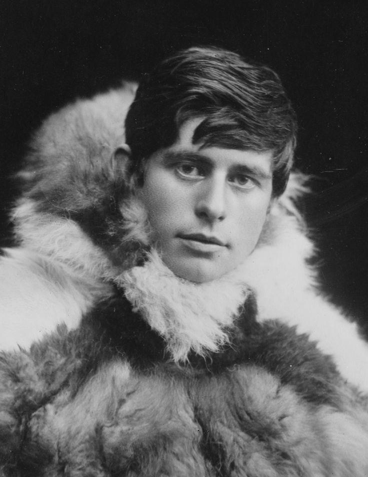 80 años de la muerte del explorador del polo norte y antropólogo groenlandés Knud Rasmussen. Hijo de un misionero cristiano, fue criado entre esquimales y luego enviado a estudiar a Dinamarca. Fue el primer gran estudioso de la cultura de los inuit. Escribió una docena de libros y describió su vida entre las tribus esquimales en «De la Groenlandia al Pacífico» (1925). También colaboró en un documental con Leni Riefenstahl http://www.veniracuento.com/