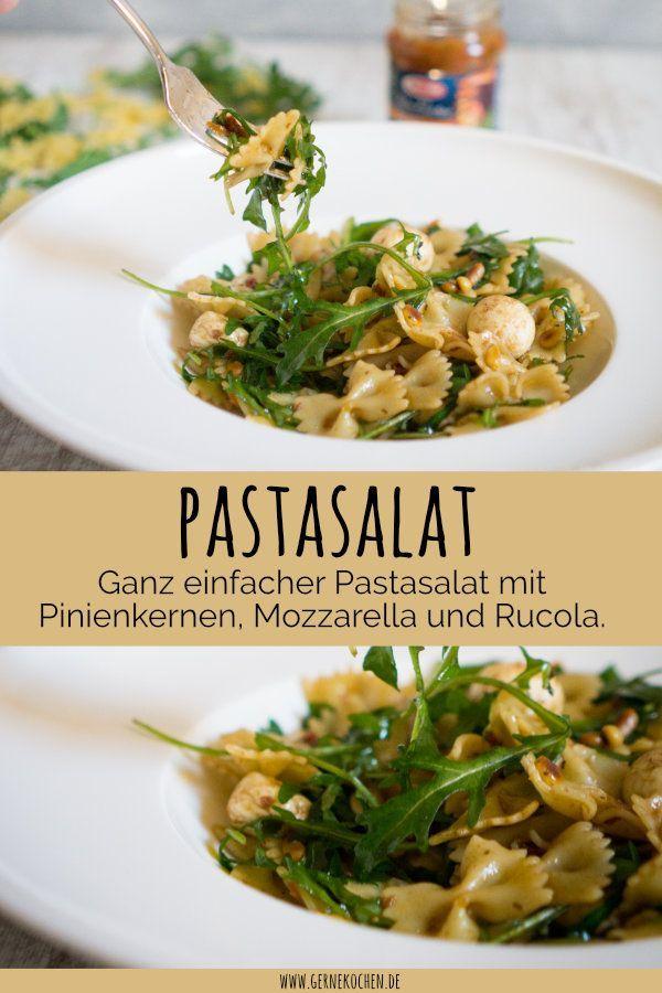 Aus Pasta einen Salat machen, ist ein Klassiker. Wir haben heute ein Rezept für einen ganz schnellen Nudelsalat für euch, den ihr mit Rucola und Mozzarella verfeinern könnt.