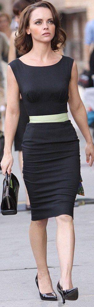 Кристина Риччи в приталенном, черном платье французского стиля и туфлях лодочках