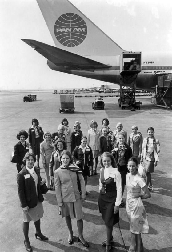 Pan Am staff in 1977 in front of a Boeing 747-SP being serviced. pic.twitter.com/SQVd6aMvMg