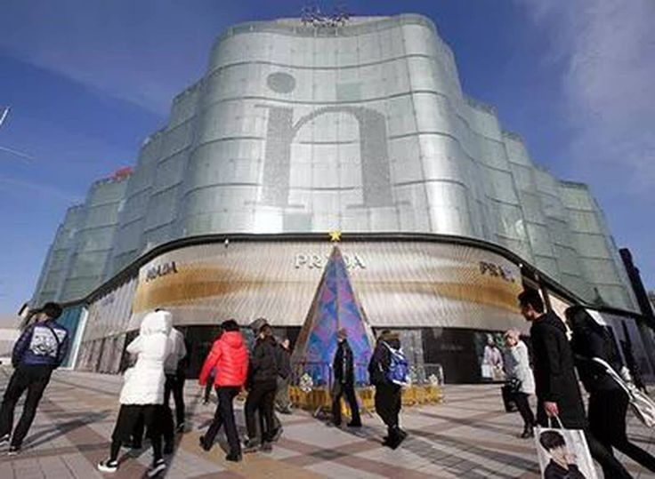 Alibaba Buys Intime Dept Store Chain in $2.6B Deal Alibaba Group Holding Ltd. said it would team up with the founder of Chinas Intime Retail (Group) Co. to take the department-store operator private as the e-commerce giant seeks to extend its online dominance into physical stores.