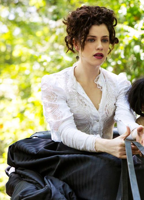 Elizabeth Hawkes - Jessica De Gouw in Underground, set in the 1850s (TV series).