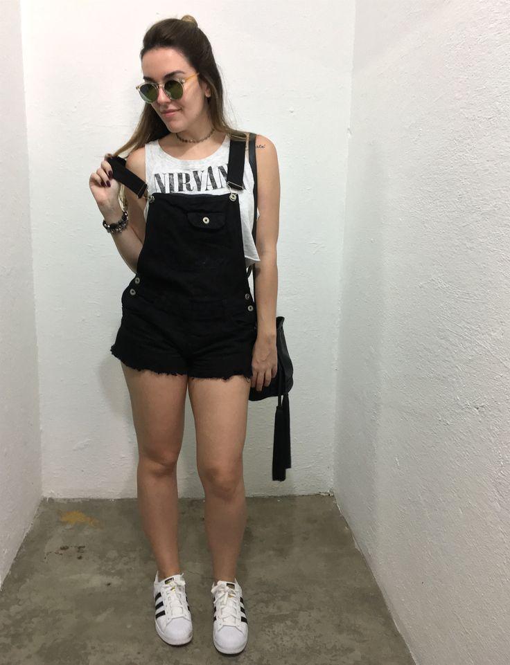 Look com macaquinho, top cropped H&M (customizado por mim), tênis Adidas Superstar, bolsa-saco e chocker prateada @interiorbijuterias.