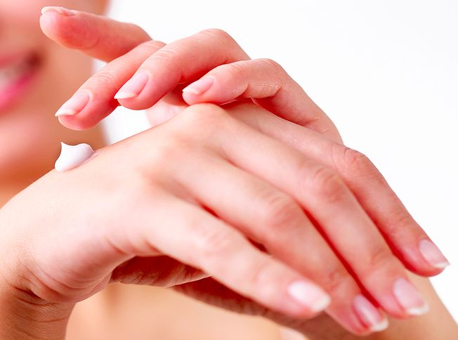 Pelembab kulit adalah bagian penting untuk menyegarkan kulit dan membantu Anda untuk tetap awet muda. Pelembab merupakan kombinasi dari minyak alami, krim, dan ekstrak tanaman yang dapat diaplikasikan pada wajah dan tubuh Anda. Diperkaya dengan unsur-unsur nutrisi yang diperlukan tubuh, membuat kulit Anda sehat dan bercahaya. Itulah mengapa mengoleskan pelembab membuat kulit Anda tampak lembut, halus, dan terhidrasi.