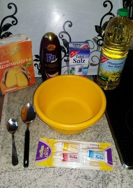 Knetseife 4Eßl Speisestärke, 2Eßl Duschgel, 2Eßl Speiseöl  1/2Tl Salz Backpapier  Alles verkneten in der Schüssel und dann auf Backpapier.  Wird eh meißt mehr... zum Schluss Lebensmittelfarbe dazu-ich nehme natürliche und dann in eine verschlosene Behälter machen. Ist es zu trocken noch 1zu1 Duschgel und Öl etwas. Ist es zu klebrig dann etwas Speisestärke dazu machen. Immer kleine Kugel macht.