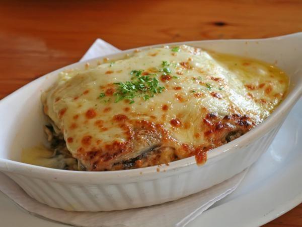 Lasaña vegetariana de berenjenas con queso y tomate.