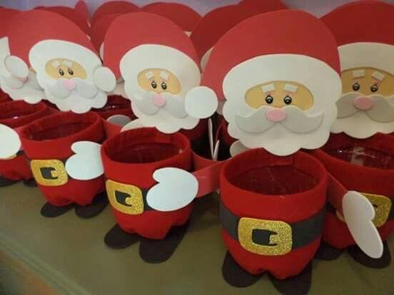 Papa Noel en goma eva sobre botellas plasticas