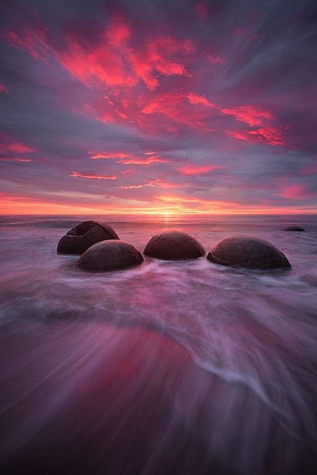 Les rochers sphériques de MoerakiSuperbe cliché des rochers ronds de Moeraki sous un coucher de soleil flamboyant. Ces mystérieux « boulders », qui se trouvent sur la plage de Koekohe, en Nouvelle-Zélande, auraient environ 60 millions d'années. Il s'agit de formations rocheuses lentement expulsées du sol, puis travaillées par l'érosion des éléments naturels. Selon la légende maori, ces rochers sphériques proviendraient du naufrage du Araiteuru, un canoë mythique.Retrouvez l'épingle sur…