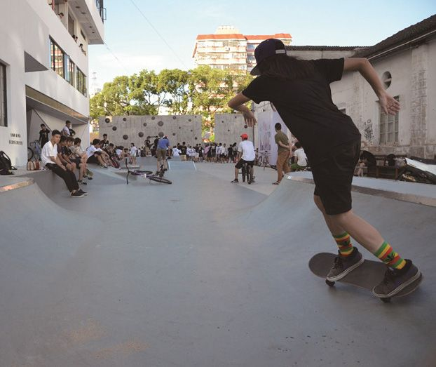 Skaters and artists performing in Shapowei art district in Xiamen. Read more in our new blog