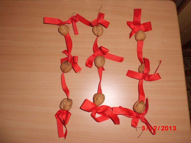 řetěz na vánoční stromek ze skořápek od ořechů