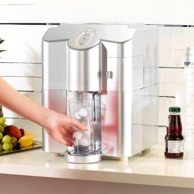 Schluss mit unhygienischem Hantieren mit der Eiswürfelzange. Unsere Eiswürfelmaschine liefert Dir kühlen Getränkegenuss auf Knopfdruck. via: www.monsterzeug.de