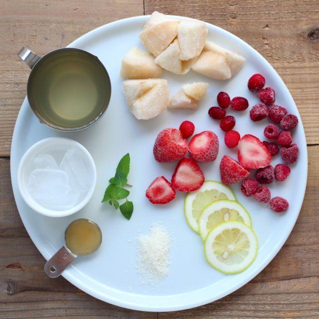 とろっとなめらか。洋梨とベリーのココナッツウォータースムージーレシピ - macaroni