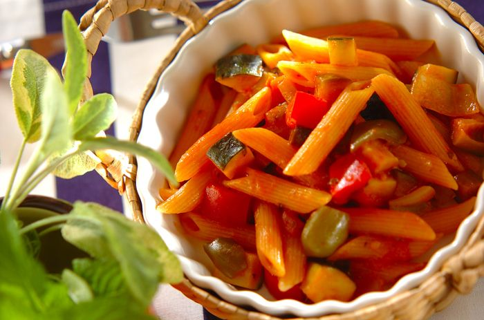 みずみずしい野菜のおいしさを詰め込んだ、ラタトゥイユペンネのワンポットパスタ。トマトジュースを使うので味を調えやすく、気兼ねなく作ることができます。冷めても味が変わらないので、お弁当のおかずに最適♪