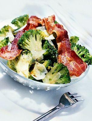 Brokkolisaláta baconnel és tejföllel | femina.hu